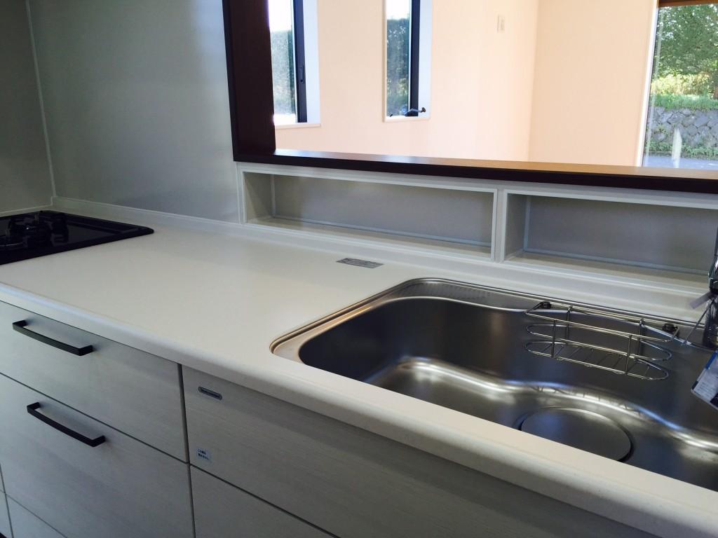 対面キッチンの壁厚を利用した収納