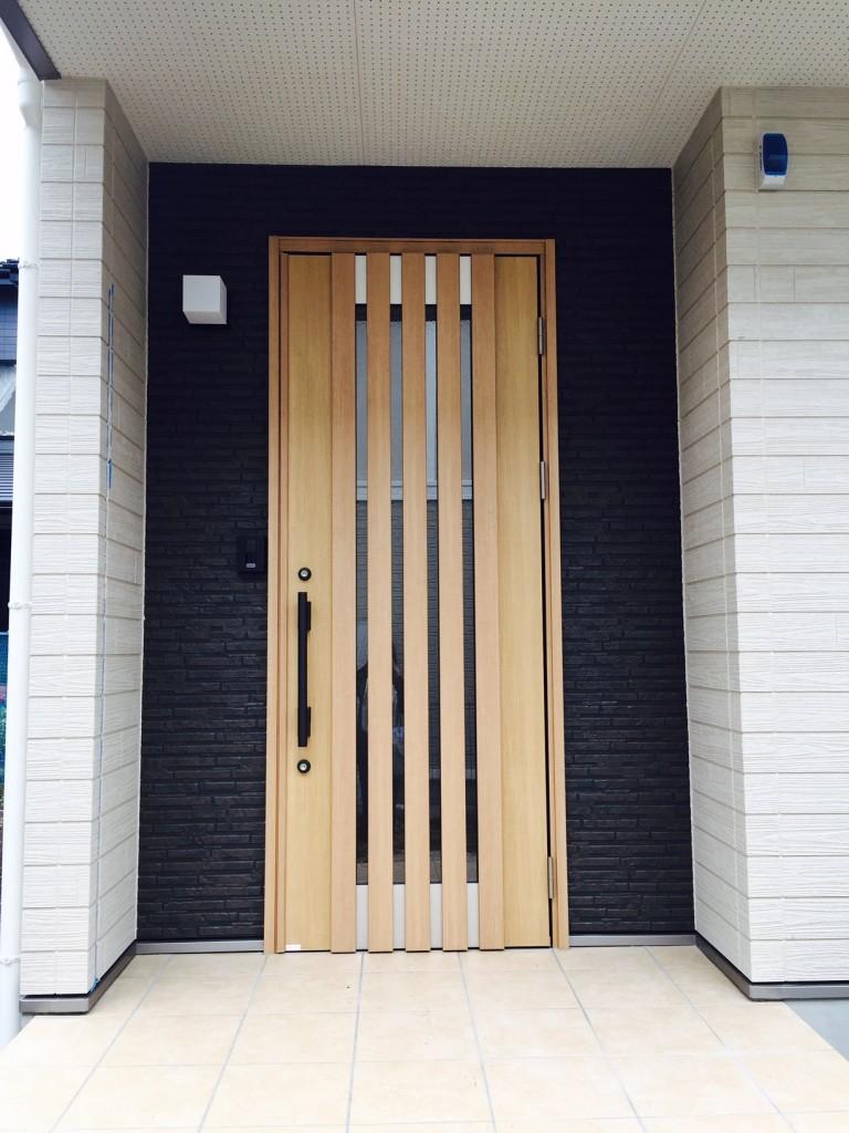 ドア廻りの外壁を変えてより強調されました。