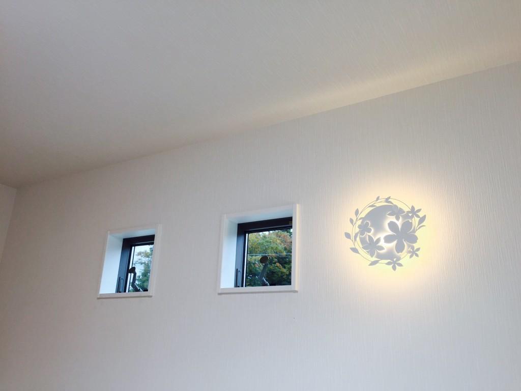 特徴的な窓と飾りのようなブラケットライト