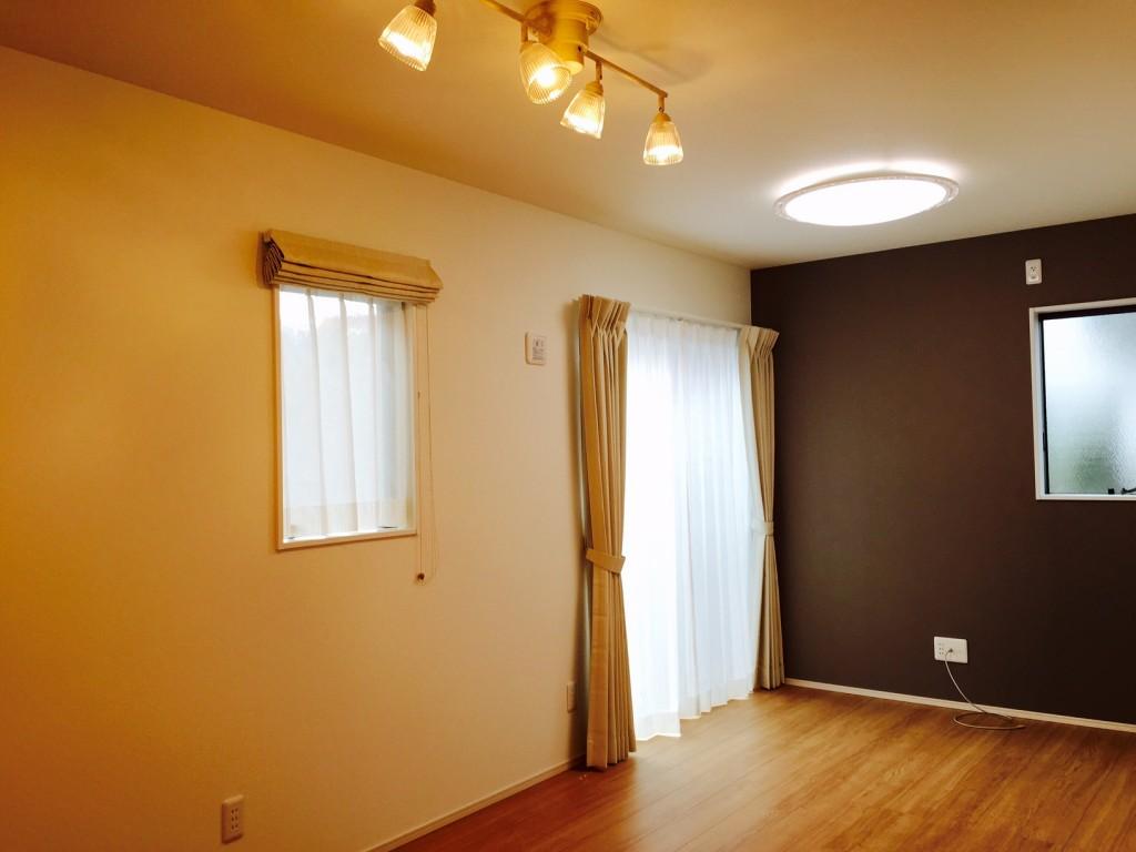 かわいらしい照明とアクセントの壁紙が独特の雰囲気を醸し出してます。