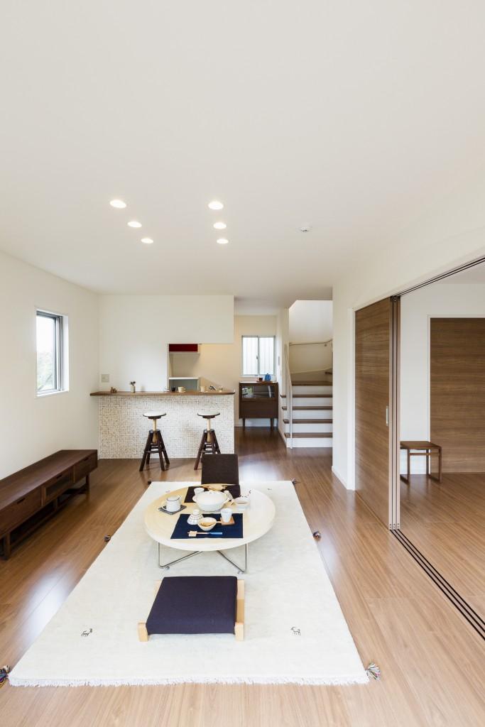 リビング横の引き戸を開放して広く使ったり閉めて客間としたり。