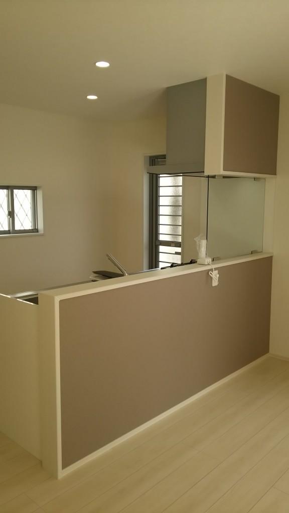 こだわりのキッチンの壁はガラスで掃除もしやすく、家族の様子を見ながら料理できます。