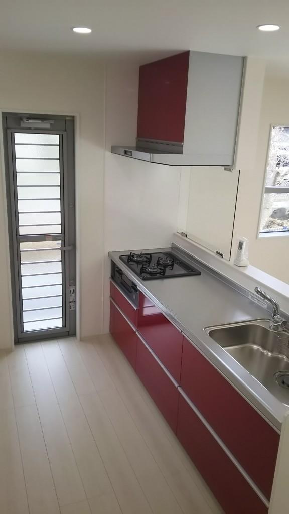 白い床、壁にキッチンが映えます