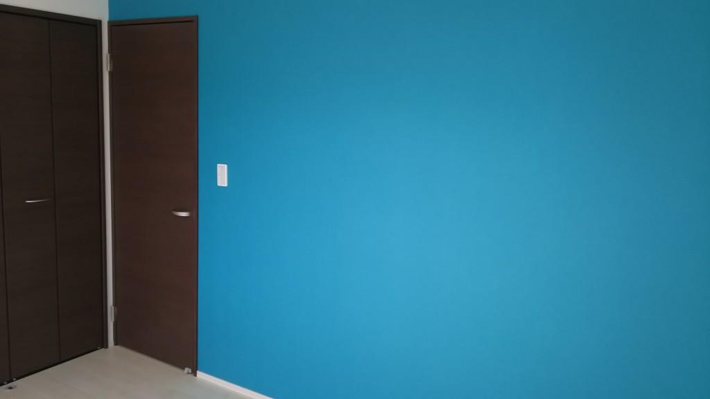鮮やかな色の壁で朝から晴れやか!