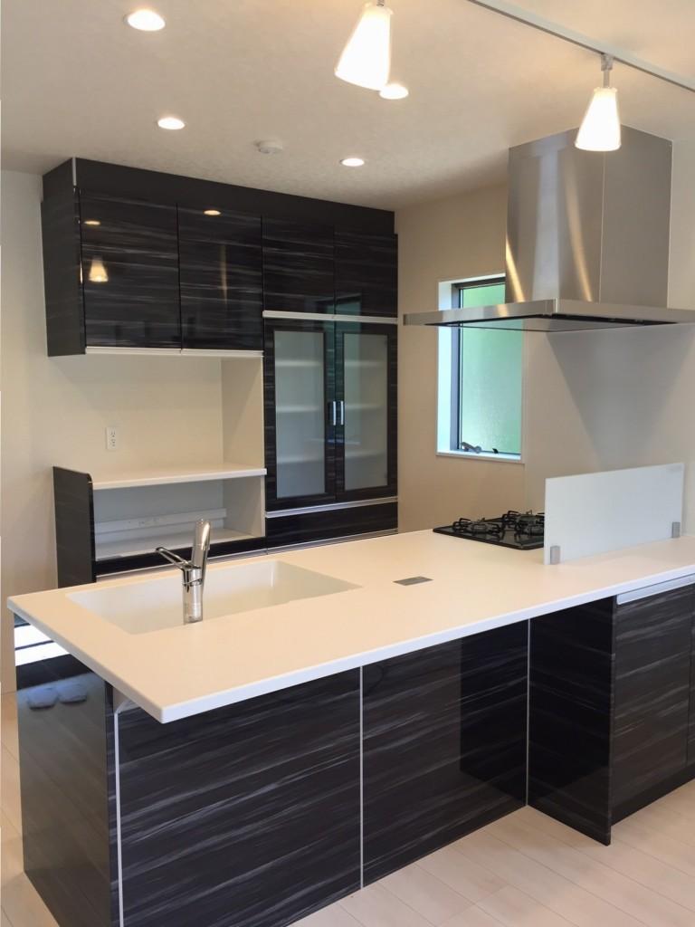 鏡面仕上げのキッチンは高級感もあり、汚れもきれいに拭き取れます。