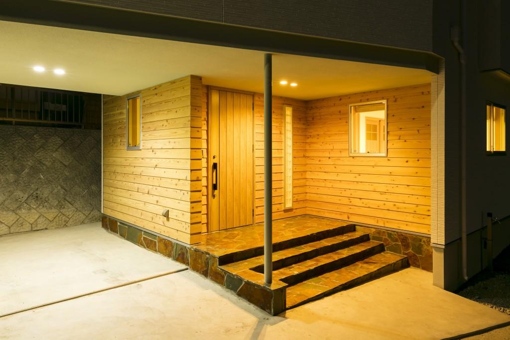 落ち着いた夜の雰囲気の玄関