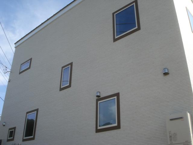 窓枠モールで窓が協調され、シンプルながらも特徴的な外観に