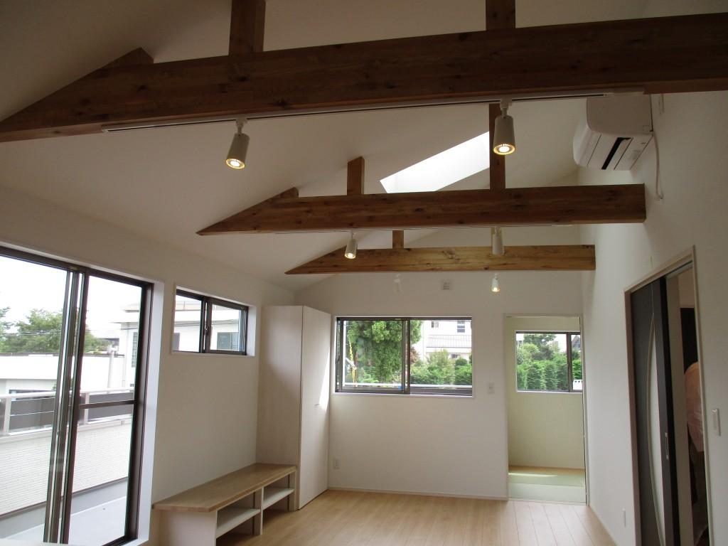 2Fリビングだからできる勾配天井とトップライトの組み合わせ。余程のことがない限り、陽当たりを確保できます