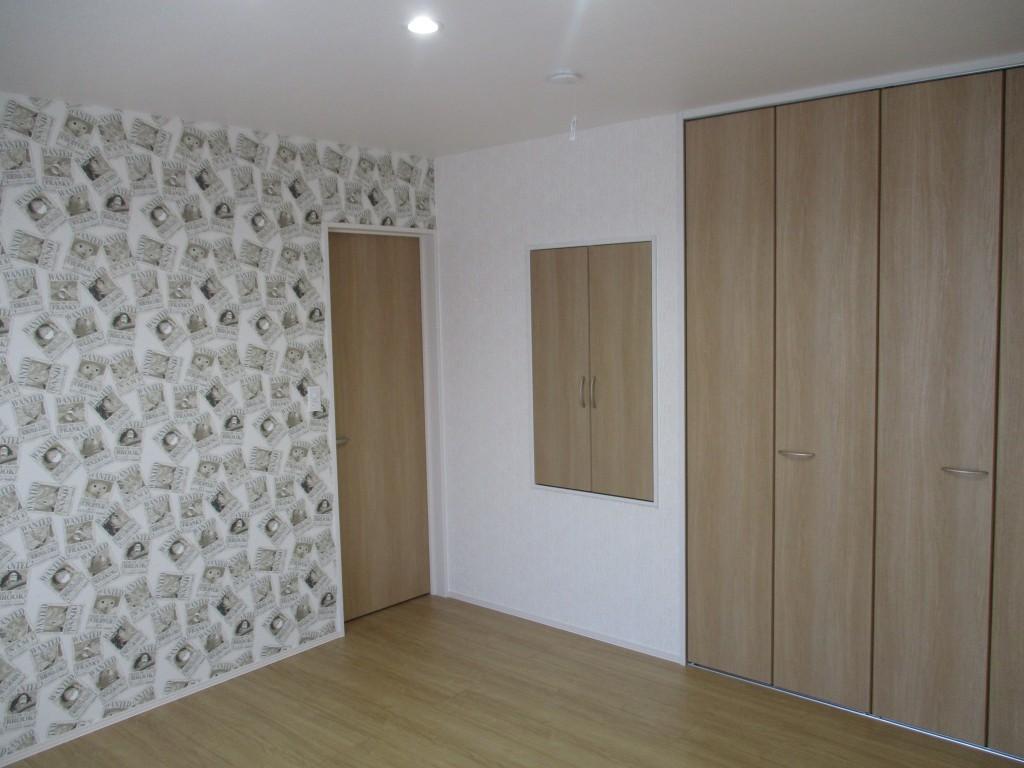 こちらの部屋にもアクセント壁紙