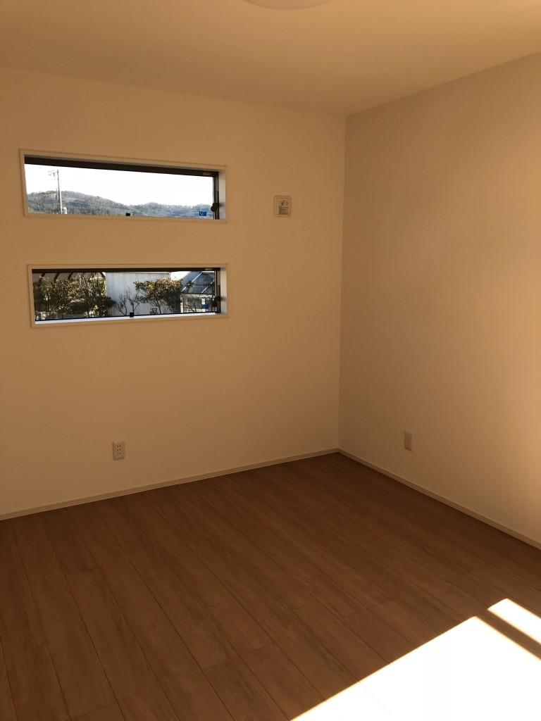 特徴的な窓の洋室