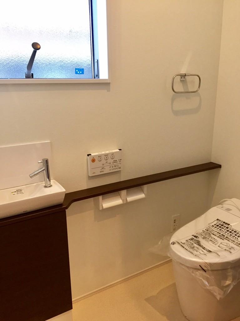トイレに持ち込んだ本などを一時的に置くのに重宝します。手洗いカウンター