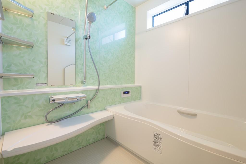 ライトグリーンのアクセントパネルでお風呂を爽やかな空間に