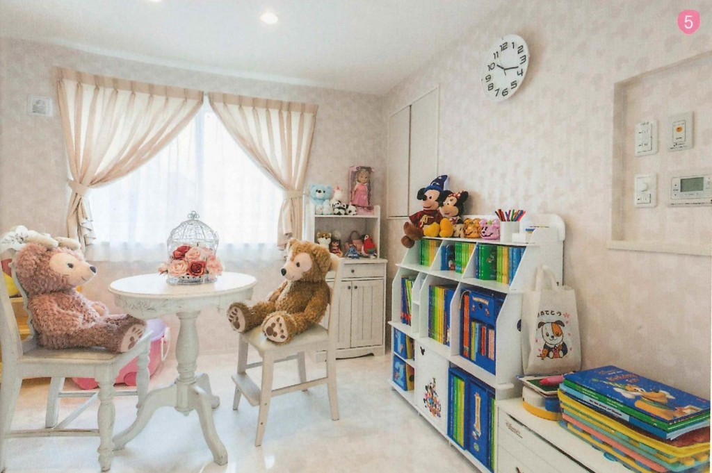 お子様のお部屋はディズニー柄の壁紙でファンタジックでかわいらしい空間に