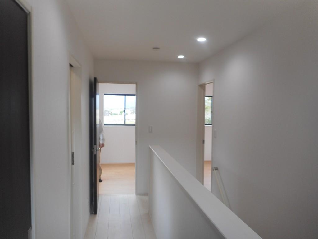 白く輝く明るい廊下部分