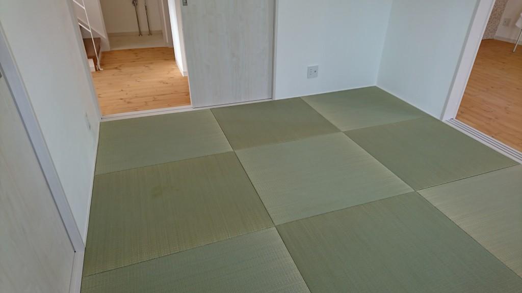 洋風住宅でも和室は外せません。い草の香りがしてきそうな琉球畳。