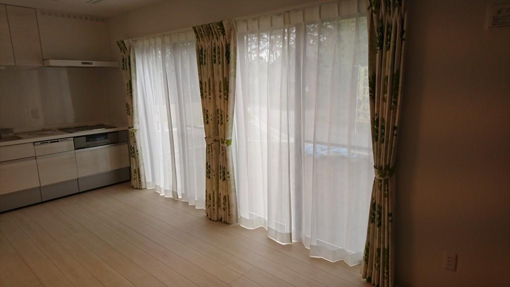 掃き出し窓が並んで、部屋のすみずみまで明るそうです。