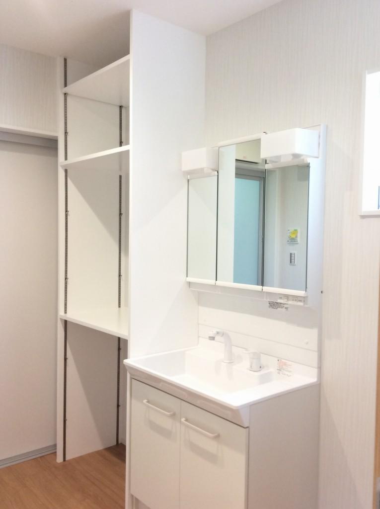 洗面台に併設された収納力十分な造作棚でより一層洗面脱衣室が使いやすく。