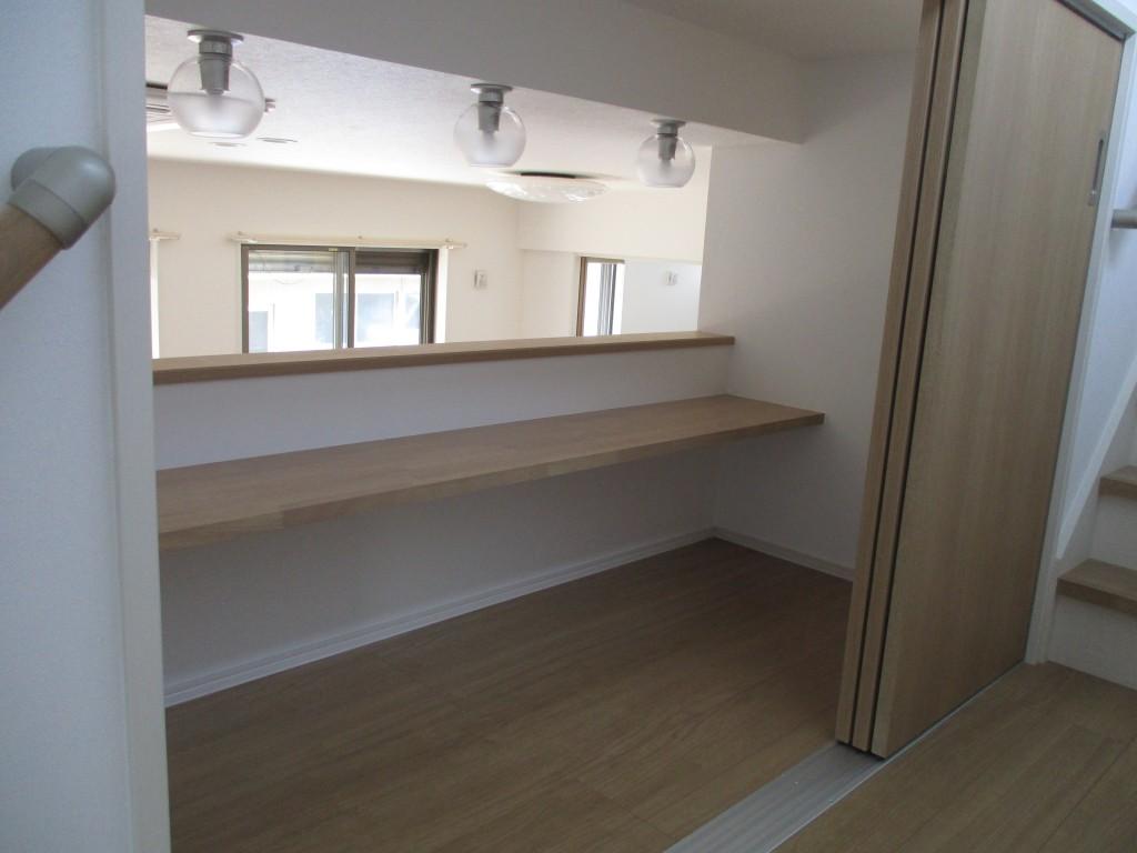 階段途中に設けられた読書スペースはリビングにもつながる癒しの空間。お子様の勉強スペースにも
