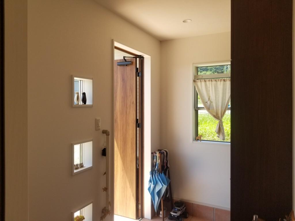 玄関横の小窓も小物でオシャレに