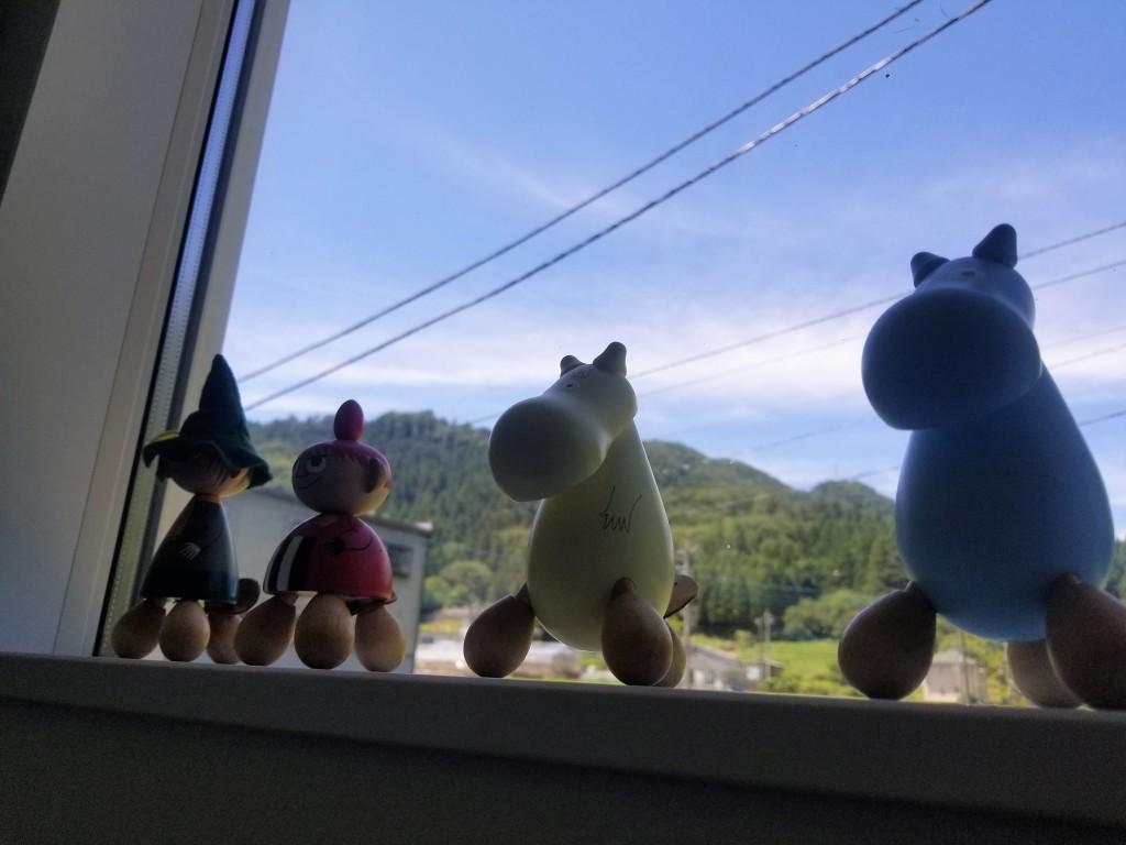 階段途中の眺めの良い窓枠には、ムーミンキャラクター達が勢ぞろい