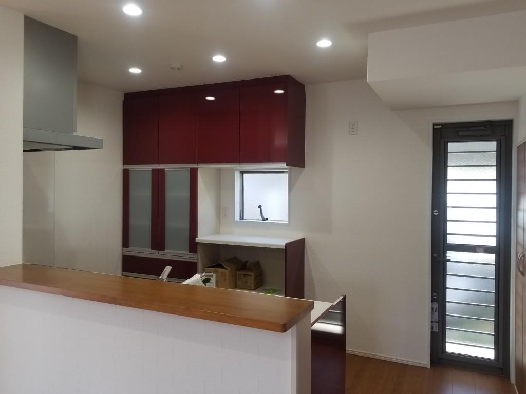 使いやすく、明るいキッチンに赤が良く映えます。