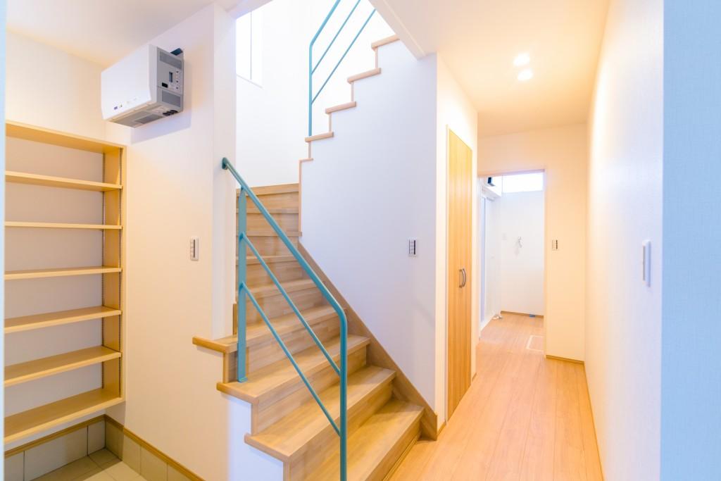 アイアン手摺で圧迫間のない開放的なホールと階段室