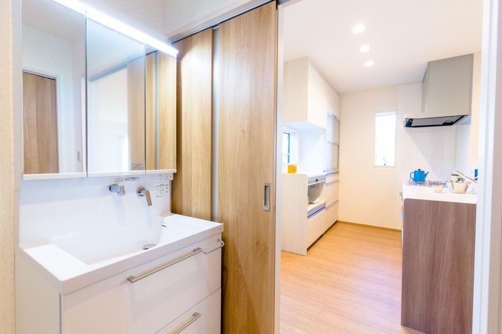 家事動線がしっかりし、使いやすいキッチンと洗面脱衣室