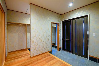 シューズクロークと、コート掛けが併設された広々玄関