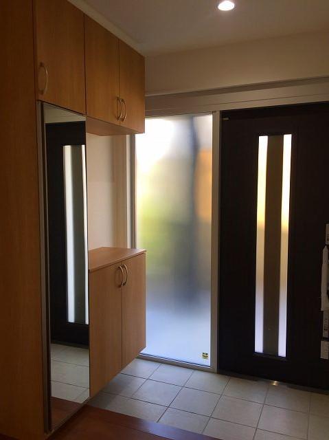 玄関ドア横をガラスにしたことで、明るさが増した玄関。