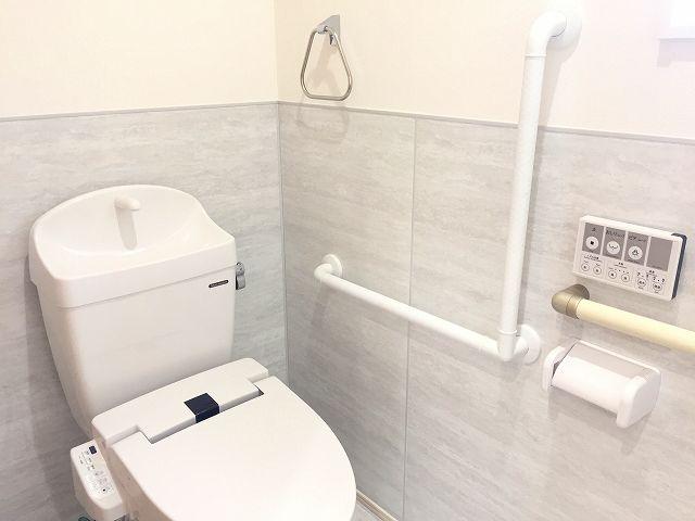 手すり付きのバリアフリー対応トイレ