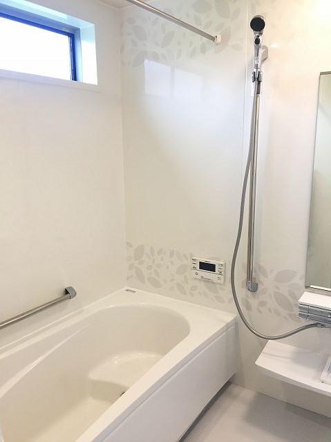 清潔感あふれる白基調の浴室