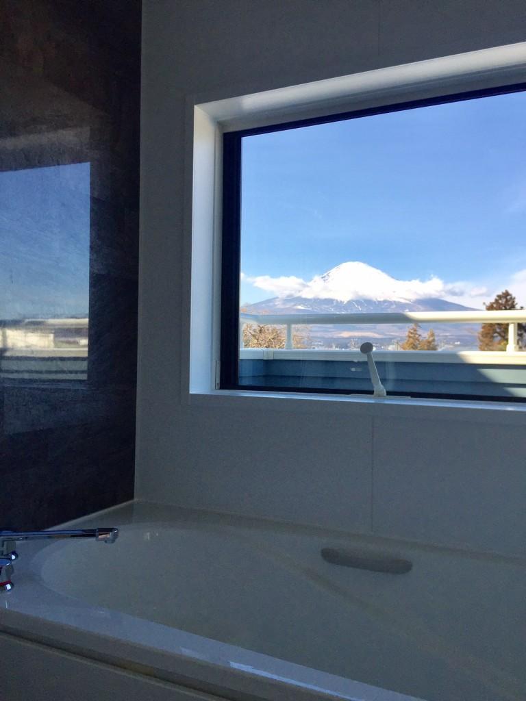 富士山を眺めながらのお風呂。心も体も癒されます。