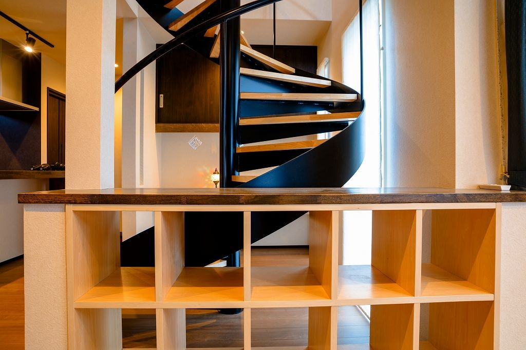 カウンター収納越しの螺旋階段