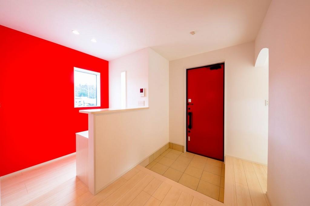 赤く統一された玄関